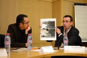 Le maire de Grigny, Philippe Rio, présente une Une du journal Libération, sous le regard de Nordine Nabili (Bondy Blog).  ©Gaël Turpo - les assises 2015