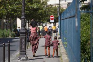 mère accompagnant ses enfants dans paris