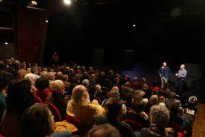 Theatre de Chaoue, salle comble pour la représentation de Portrait d'Humanité
