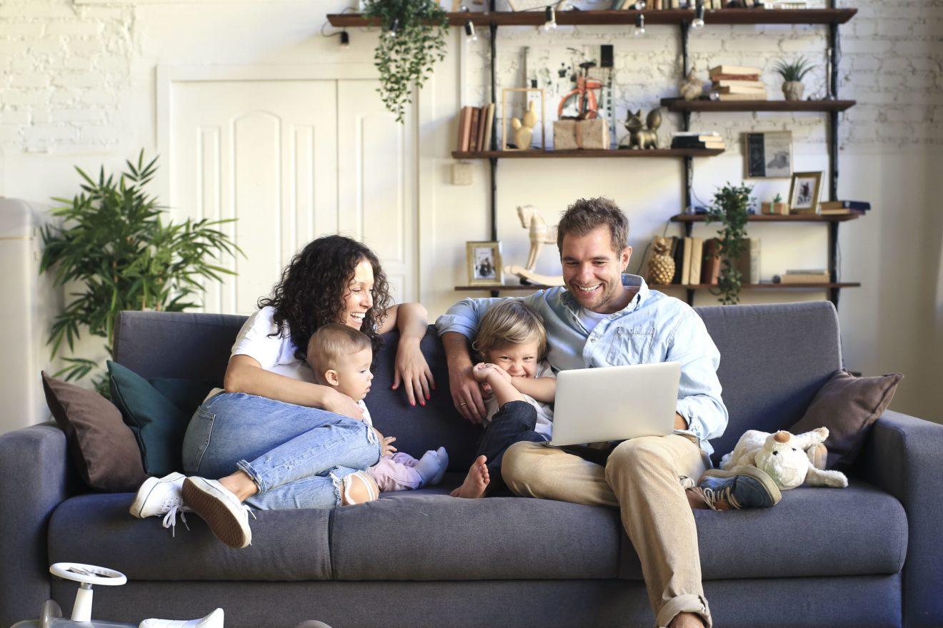 Famille assise sur un canapé