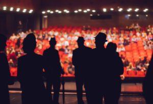 D'une scène de théâtre, on voit le public