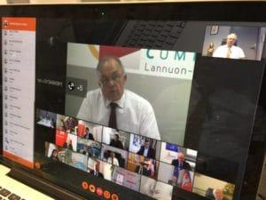 Ici, on voit l'écran d'ordinateur de Marc Vuillemot lors d'une visioconférence avec différentes associations d'élus et Président de la République