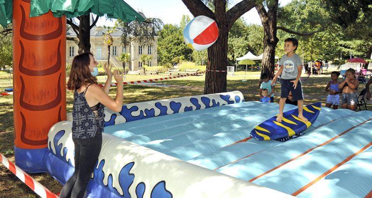 Enfant sautant sur un trampoline lors de la fête de l'été à Lormont